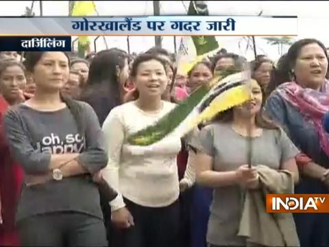 West Bengal: GJM activists demonstrated bare-chested and broke tube light in Darjeeling