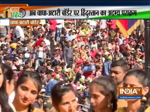 गणतंत्र दिवस के मौके पर अटारी-वाघा सीमा पर बड़ी संख्या में लोग इकट्ठा हुए