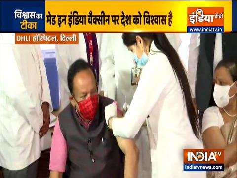 केंद्रीय स्वास्थ्य मंत्री डॉ. हर्षवर्धन ने दिल्ली के वैक्सीनेशन सेंटर में लगवाया कोरोना का पहला टीका