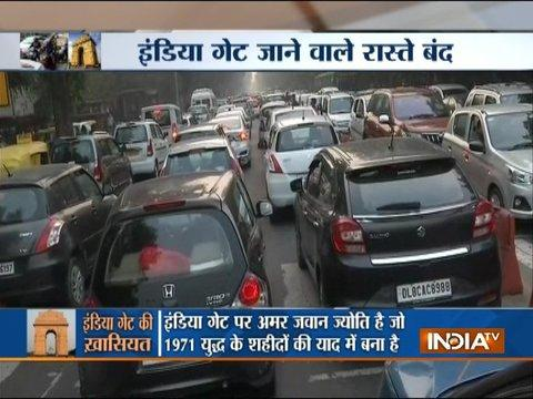Heavy traffic near India Gate due to gathering of more than 1 lakh pedestrians and motorists