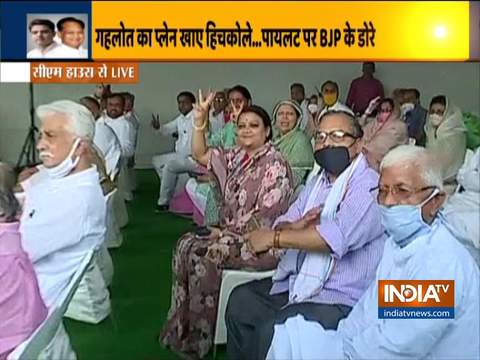 जयपुर में सीएम के आवास पर इकट्ठा कांग्रेस के विधायकों ने विक्ट्री सिंबल के साथ किया शक्ति प्रदर्शन
