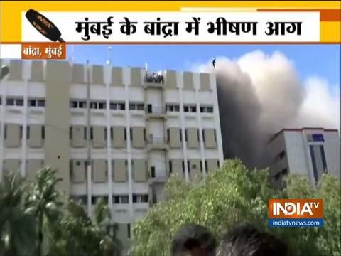मुंबई के बांद्रा में एमटीएनएल की इमारत में लगी भीषण आग
