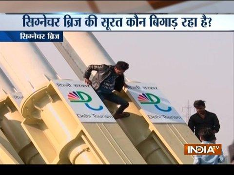 Selfie Lovers doing crazy stunts at Delhi's Signature Bridge
