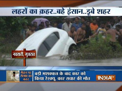 गुजरात में उफनती नदी में कार डूबने से चालाक की मौत