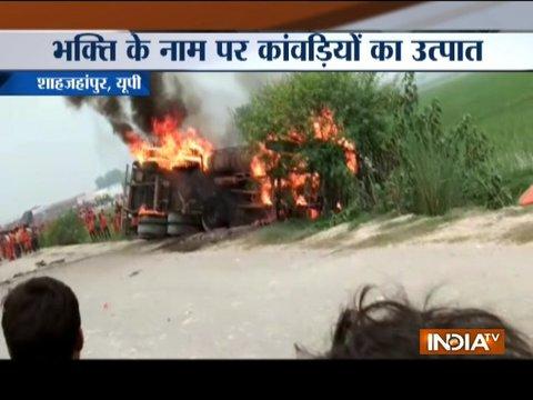 उत्तर प्रदेश के शाहजहांपुर में कावरियों ने ट्रक को लगाई आग